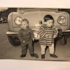 Fotografía antigua: NIÑOS, FOTOGRAFÍA ANTIGUA.., FRENTE AL VIEJO RENAULT DE PAPA... (H.1960?). Lote 222385165