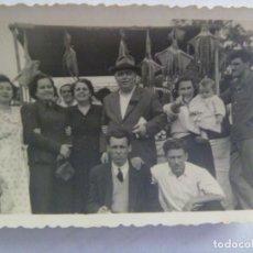 Fotografía antigua: FOTO DE FAMILIA EN LA FERIA ( DE LA LINEA , CADIZ ) ,BARRACA CON PULPOS. Lote 222386666