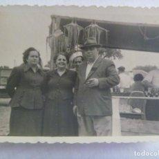Fotografía antigua: FOTO DE FAMILIA EN LA FERIA ( DE LA LINEA , CADIZ ) ,BARRACA CON PULPOS. Lote 222388727