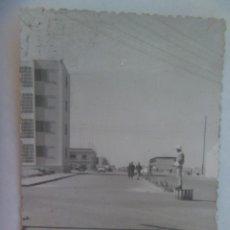 Fotografía antigua: FOTO DE EL AAIUN ( SAHARA ESPAÑOL ): CALLE Y GUARDIA URBANO CON SALACOT. Lote 222487526