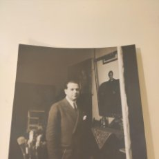 Fotografía antigua: FOTOGRAFIA RETRATO ORIGINAL DEL PINTOR ALFONSO GROSSO EN SU ESTUDIO DE SEVILLA. Lote 222488660