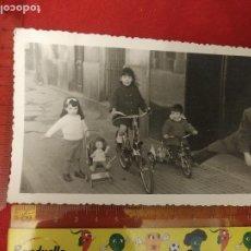 Fotografía antigua: FOTOGRAFÍA NIÑOS CON BICICLETA Y MUÑECA 1964. Lote 222493531