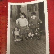 Fotografía antigua: FOTOGRAFÍA NIÑOS CON BICICLETA Y MUÑECA 1965. Lote 222493732
