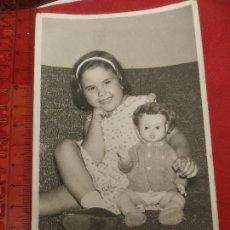 Fotografía antigua: FOTOGRAFÍA NIÑA CON MUÑECA 1963. Lote 222493786