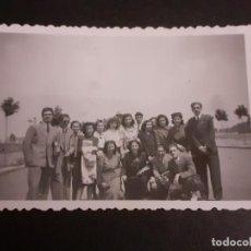 Fotografía antigua: MADRID GRUPO DE ALUMNOS CIUDAD UNIVERSITARIA ANTIGUA FOTOGRAFIA AÑOS 40. Lote 222506661