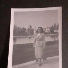 Fotografía antigua: MADRID MUJER EN PARQUE FOTOGRAFIA AÑOS 40. Lote 222507107