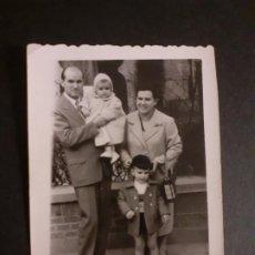 Fotografía antigua: MADRID FAMILIA JUNTO A LA IGLESIA DE SANTA CRISTINA PUERTA DEL ANGEL FOTOGRAFIA QUIRINO AMBULANTE MI. Lote 222507157