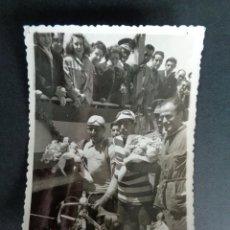 Fotografía antigua: ANTIGUA FOTOGRAFÍA CARRERA CICLISTA. FOTO DE LOS GANADORES. PREMIO DE CICLISMO. 8,5X11,5 CM.. Lote 222557848