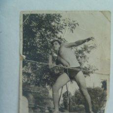 Fotografía antigua: FOTO DE JOVEN SEMI DESNUDO LANZANDO UNA JABALINA. MAL ESTADO !!. Lote 222857022