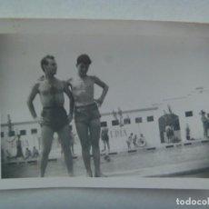 Fotografía antigua: FOTO DE JOVENES EN BAÑADOR EN LA PISCINA. Lote 222859081