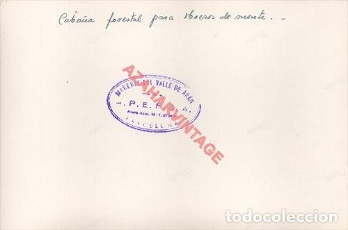 Fotografía antigua: FOTOGRAFIA 18X12 - AÑOS 40 - MADERAS DEL VALLE DE ARAN - BARCELONA - CABAÑA FORESTAL OBREROS - Foto 2 - 223453861