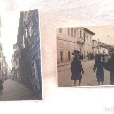 Fotografía antigua: ORENSE AÑOS 40 CALLE LEPANTO Y PROGRESO DELANTE LA CARCEL VENDEDORAS AMBULANTES, 2 FOTOGRAFIAS. Lote 225453960