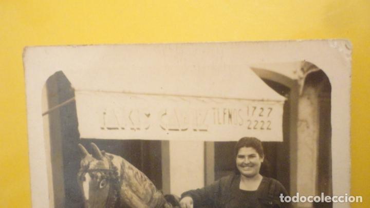 Fotografía antigua: ANTIGUA FOTOGRAFIA.CHICA Y CABALLO PAPEL MACHE.TAXIS CADIZ AÑOS 40? - Foto 2 - 225910330