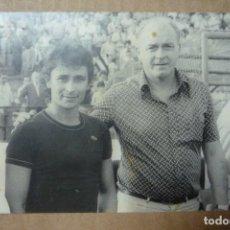 Fotografía antigua: FUTBOL. IMAGEN DE ALFREDO DI STÉFANO, ANTIGUO JUGADOR Y ENTRENADOR, JUNTO A UN AFICIONADO.. Lote 226055795