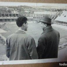 Fotografía antigua: FUTBOL. JOSEP SAMITIER, ANTIGUO JUGADOR Y ENTRENADOR, CUANDO LAS OBRAS DEL 'CAMP NOU' EN 1954.. Lote 226057175