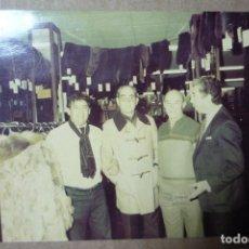 Fotografía antigua: FUTBOL. CÉSAR RODRIGUEZ, ANTIGUO JUGADOR Y ENTRENADOR, EN COMPAÑIA DE UNOS AMIGOS EN................. Lote 226059862