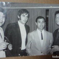 Fotografía antigua: JOAN MANUEL SERRAT EN COMPAÑIA DE UNOS AMIGOS. AÑO 1968.. Lote 226072975