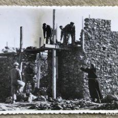 Fotografía antigua: MANZANARES - CIUDAD REAL - CONSTRUCCIÓN IGLESIA DIVINA PASTORA - AÑO 1960. Lote 226080290