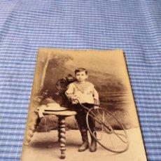 Fotografía antigua: FOTOGRAFÍA NIÑO CON JUGUETE. RUEDA. SIN DATOS. Lote 227248015
