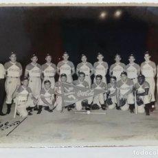 Fotografía antigua: FOTOGRAFIA EQUIPO BEISBOL COMAGÜEY, (CUBA AÑOS 50), RARO POR LA PUBLICIDAD DE COCA COLA. Lote 227890368