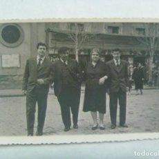 Fotografía antigua: FOTO DE FAMILIA POSANDO EN LA PLAZA DEL SALVADOR DE SEVILLA , 1958. Lote 228118720