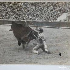 Fotografía antigua: FOTOGRAFIA DE LA DESPEDIDA DEL TORERO MARCIAL LALANDA ( AUTÓGRAFO 1942 ). Lote 244902075