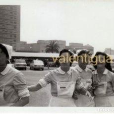 Fotografía antigua: MAGNÍFICA FOTO 4 AUXILIARES CLÍNICA ENFERMERAS HOSPITAL LA FE VALENCIA 70S SEAT 127 124 600 131 FF. Lote 228147810
