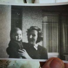 Fotografia antiga: FOTOGRAFÍA MADRE CON HIJO EN BRAZOS 1975. Lote 229690120