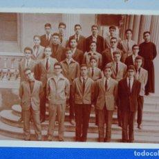 Fotografía antigua: FOTOGRAFÍA AÑOS 60 ESTIDIANTES CON RELIGIOSO.. Lote 230440215