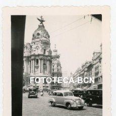 Fotografía antigua: FOTO ORIGINAL MADRID GRAN VIA EDIFICIO METROPOLIS COCHE MOTO TAXI AÑOS 50. Lote 233480965