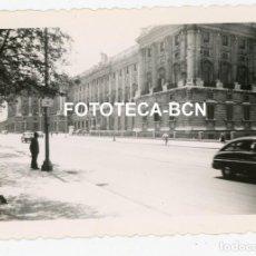 Fotografía antigua: FOTO ORIGINAL MADRID PALACIO REAL COCHE AUTOMOVIL AÑOS 50. Lote 233481470