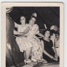 Fotografia antica: FOTOGRAFÍA NIÑAS VESTIDAS DE FALLERA MONTADAS EN ATRACCIÓN DE LA FERIA. 7X10CM PEDIDO MÍNIMO 5€. Lote 234101005
