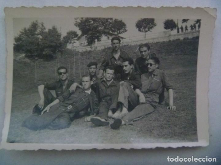 FOTO DE MILITARES U OBREROS POSANDO, CON MONO. AÑOS 40 (Fotografía Antigua - Fotomecánica)