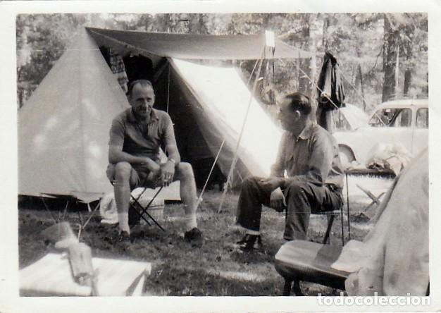DÍAS DE CAMPING. TIENDA DE CAMPAÑA Y RENAULT 4L. AÑOS 60-70. QZ (Fotografía Antigua - Fotomecánica)