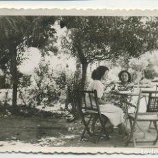 Fotografia antiga: PAREJA MUJERES EN TERRAZA MESA Y SILLAS DE MADERA PLEGABLES 11,5/7 CM. Lote 234980790