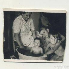Fotografia antiga: AÑOS 50 MUJER BAÑANDO A LOS NIÑOS EN BARREÑO DE ZINC 5/,4,5 CM. Lote 234986500