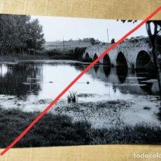 Fotografía antigua: ANTIGUA FOTOGRAFÍA. PUENTE DE VILLODAS. IRUÑA DE OCA. ÁLAVA. FOTO AÑOS 60.. Lote 235093855