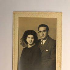 Photographie ancienne: GARAY FOTÓGRAFO, BILBAO. RETRATO DE UN JOVEN MATRIMONIO... (H.1960?). Lote 235154710