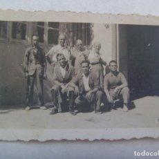 Fotografía antigua: PEQUEÑA FOTO DE SEÑORES ECHANDOSE UN PITILLO DESCANDO DE LA FABRICA. AÑOS 40. Lote 235452050