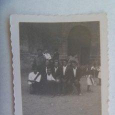 Fotografía antigua: PEQUEÑA FOTO DE HOMBRES DE ASPECTO RUSTICO, DEL CAMPO , POSANDO. AÑOS 40. Lote 235471670