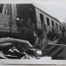 Fotografía antigua: FOTO DE CHOQUE DE TRENES EN VALLADOLID. 1988. Lote 235486875