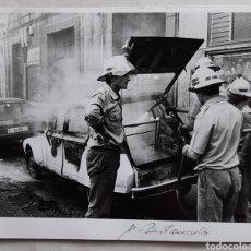 Fotografía antigua: FOTO DE BOMBEROS APAGANDO UN INCENDIO. 1988. Lote 235487755