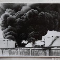 Fotografía antigua: SANTANDER. INCENDIO EN UN TANQUE DE COMBUSTIBLE DE CAMPSA. 12DIC. 1988. Lote 235490130