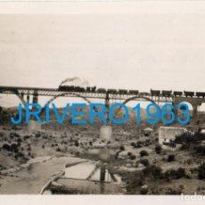 Fotografía antigua: SEVILLA, 1946, TREN POR PUENTE SOBRE EL HUEZNAR, LINEA FERROVIARIA SEVILLA-MERIDA,89X62MM. Lote 236425770