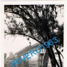 Fotografía antigua: SEVILLA, 1946, TREN POR PUENTE SOBRE EL HUEZNAR, LINEA FERROVIARIA SEVILLA-MERIDA,89X62MM. Lote 236426035