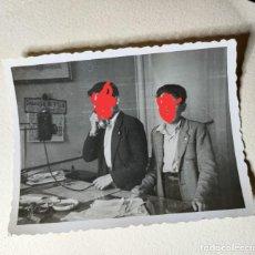 Fotografía antigua: ANTIGUA FOTOGRAFÍA. NIÑO CON EL TELÉFONO. FOTO AÑOS 40.. Lote 236930580