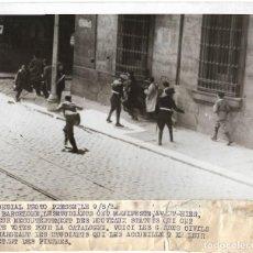Fotografía antigua: 1932 FOTO PRESS. REPÚBLICA BARCELONA. CARGA GUARDIA CIVIL ESTUDIANTES. MANIFESTACIÓN CONTRA ESTATUTO. Lote 237010805