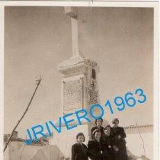 Fotografía antigua: PEDRO MUÑOZ, CIUDAD REAL, MUJERES FALANGISTAS AL PIE DE LA CRUZ DE LOS CAIDOS,58X84MM, RARISIMA. Lote 237151045