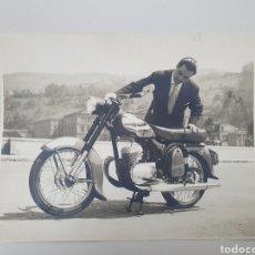 Fotografía antigua: ANTIGUA FOTO, AÑOS 50. MOTOCICLETA EN LA RIA DE BILBAO.. Lote 240030130