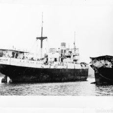 Fotografía antigua: MALIAÑO - SANTANDER. EL CANADIAN OBSERVER, EN LA EMPRESA RECUPERACIONES SUBMARINAS, S.A. 1965. Lote 240178390